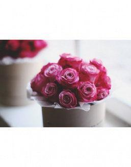 Gift from live roses in a decorative round box | Pink flowers to mother inexpensive flowers